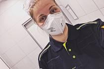 Anežka Buzrlová z Velkých Bílovic pomáhá jako dobrovolník v Praze. Testuje potenciální pacienty s koronavirem.