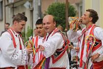 Třetí ročník společné přehlídky otevřených sklepů v Březí a Dolních Dunajovicích se v sobotu vydařil. První den víkendové akce byl plný vína, zpěvu, krásných žen a krojovaných.