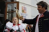 Úterý je pro stovky lidí příležitostí k prvnímu ochutnání letošních Svatomartinských vín. Živo je v Mikulově, ale také ve Valticích či Lednici, kde se koná přípitek LVA.