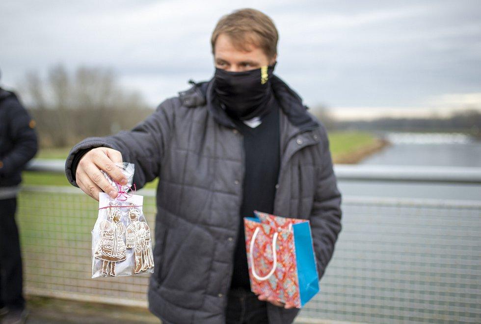 Magda Vašáryová s manželem Milanem Lasicou si kvůli omezením předali vánoční dárky s příznivci a zástupci Jihomoravské komunitní nadace, která podporuje i regionální folklor a udržování tradice, na hranicích se Slovenskem u Lanžhota.