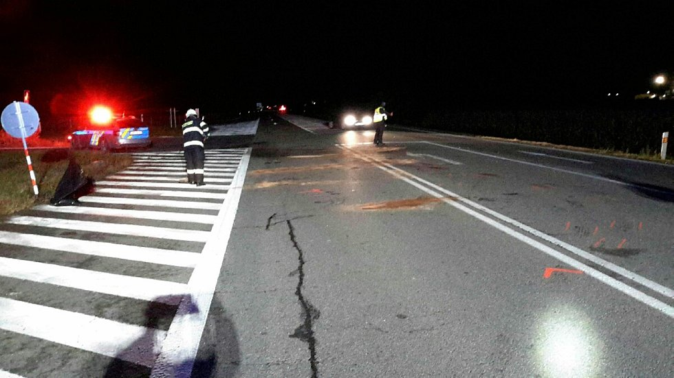 Odstraňování následků noční dopravní nehody při sjezdu z D2 u Břeclavi.