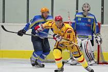 Břeclavští hokejisté (ve žlutém) si doma v přípravě poradili s prvoligovou Senicí.