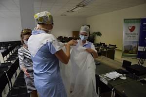 Fosfa darovala břeclavské nemocnici pláště i roušky