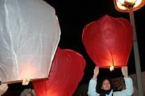 V Mikulově padl rekord ve vypouštění balonků na oblohu.