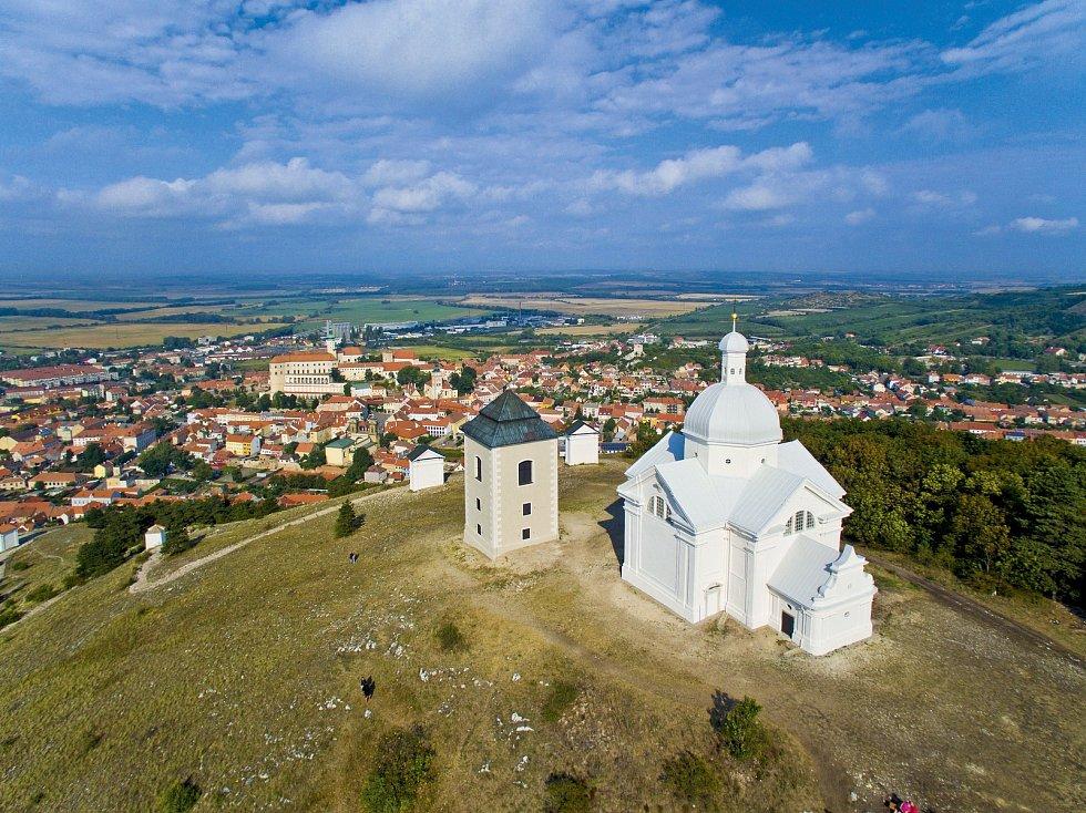 Svatý kopeček v Mikulově s kaplí sv. Šebestiána a zvonicí.