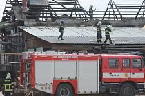 V Podivíně v pondělí hořela střecha jedné z budov v areálu pily v Podivíně. Na místě zasahovalo dvanáct jednotek hasičů.