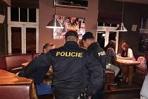 Policisté při kontrolách v barech.
