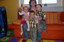 Trojčátka Péťa, Anička a Jiříček z Lanžhota s maminkou.