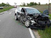 Po nehodě dvou aut mezi Velkými Bílovicemi a Rakvicemi-Trkmanicemi hasiči vyprostili mladou ženu z vozu.