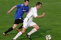 Břeclavští fotbalisté (v bílém) s outsiderem pouze remizovali.