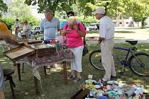Na břeclavský bleší trh v parku před evangelickým kostelem zavítaly desítky návštěvníků.