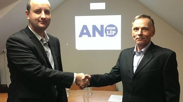 Dosavadní místostarosta Břeclavi Milan Vojta (vlevo) skončil ve vedení radnice i kvůli kritizovanému výletu s fotbalovou Spartou. Ve funkci ho nahradil dosavadní radní Svatopluk Pěček (vpravo).