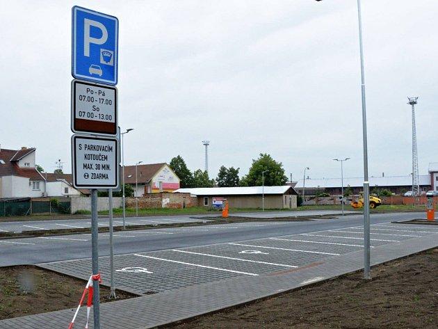 Nové parkoviště na bývalém autobusovém nádraží v Břeclavi už je v provozu. Nabídne devadesát stání.