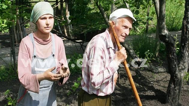 Iva Adamová, které je kolem třiceti let a nechala se přejmenovat po Adamovi. Pracovala ve středu se sedmdesátiletým Karlem Kuběnou na zahradě za domem Jiřího Adama.