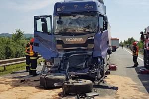 Neštěstím skončila jízda tří polských kamionů v sobotu odpoledne u nádrže Nové Mlýny na Břeclavsku. Při srážce se zranili dva lidé. Ženu, která seděla v jednom nákladním autě na místě spolujezdce, transportoval s vážným zraněním do nemocnice vrtulník.