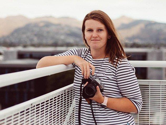 Magda Hájková se věnuje především fotografování lidí. Letos se pustila do práce na folklorním kalendáři. Krojované páry vybírala z Břeclavska, Hodonínska i z Brněnska.