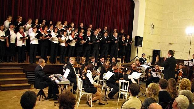 Třetí adventní neděle patřila v Mikulově tradičnému vánočnímu koncertu v podání Virtuosi di Mikulov pod taktovkou sbormistra Martina Franze.