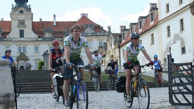 Třicítka cyklistů z různých koutů České republiky i Rakouska se objevila na Břeclavsku. Z Nového Přerova přijeli cyklističtí nadšenci do Mikulova a pak pokračovali dál do Valtic, kde si chvíli odpočinuli u tamního zámku.
