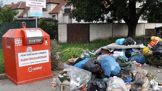 Neustálé zneužívání velkokapacitních kontejnerů na zelený a dřevěný odpad donutilo město Břeclav k akci. Na sídlišti ČSA v ulici Záhumní v nejbližší době zřídí hlídané stanoviště. Na sídlišti bývají k vidění i takové hromady odpadu ležícího na zemi.