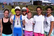 Břeclavské veslařky z kategorie žákyň si závody v Račicích užily.