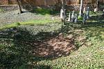 Kráter po bombě na židovském hřbitově.