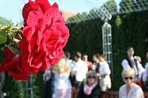 Oficiálnímu otevření akademické zahrady v Lednici přihlížely desítky lidí.