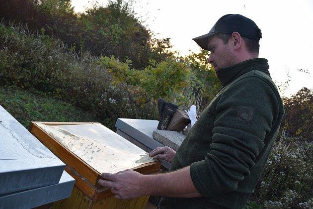 Lukáš Konečný zPřítluk před lety propadl včelaření. Zapojil do něj celou rodinu včetně dvou dětí.