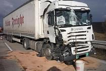 Srážka dvou nákladních aut slovenských poznávacích značek se odehrála v pátek před polednem na dálnici D2 u obce Starovičky.