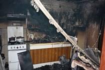 Při požáru v kuchyni rodinného domu v Kosticích zemřeli dva lidé a další dva byli zranění.