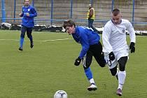 Jaroslav Málek (uprostřed) bojuje o míč v přípravě s béčkem Slovanu Bratislava.