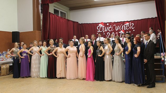V Tvrdonicích zahájili plesovou sezonu Dívčím vínkem.
