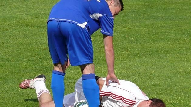 Tvrdonice (v modrém) nečekaně vyhrály na trávníku Lanžhota. ten se střelecky trápil.