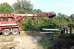 V Bulharech, kde sesouvající se svah nad řekou Dyje ohrožuje několik domů, nadále pokračují záchranné práce. Od pátku tam hasiči budují provizorní obslužnou silnici, která bude sloužit pro těžkou techniku při sanaci svahu. Místo zásahu monitorují tablety.