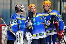 Hokejisté Břeclavi (v modrém) vybojovali s Valachy dva body.