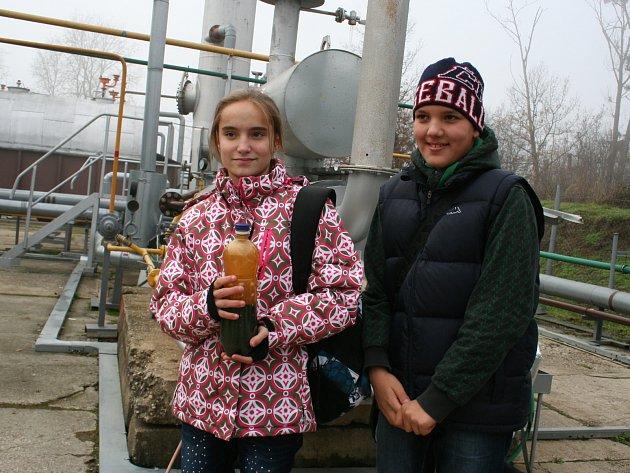 Mezi dětmi z SOS vesničky kolovala v neděli v těžebním středisku v městské části Charvátská Nová Ves i PET láhev s ropou. Na ukázku.