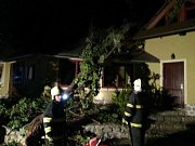 Silný vítr zaměstnal ve čtvrtek večer hasiče na jižní Moravě.