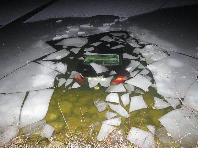 Nehoda mezi Břeclaví a Lednicí. Muž sjel s mercedesem ze silnice a skončil v rybníku Apollo.