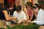Děti vyráběly adventní věnce.