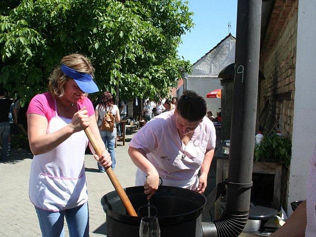 Lidé v Rakvicích ochutnali dvacet gulášů a desítky vzorků vín.