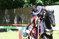 Rytířská klání na koních v areálu valtického zámku.
