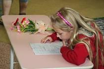 Po pěti letech dostávaly vysvědčení i děti v ladenské škole.