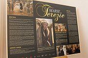 Výstava kostýmů z filmu Marie Terezie je k vidění na nádvoří valtického zámku.