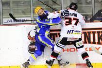 Břeclavští hokejisté (v modrém) zaskočili vysokoškoláky na jejich vlastním ledě. Vyhráli 6:2.