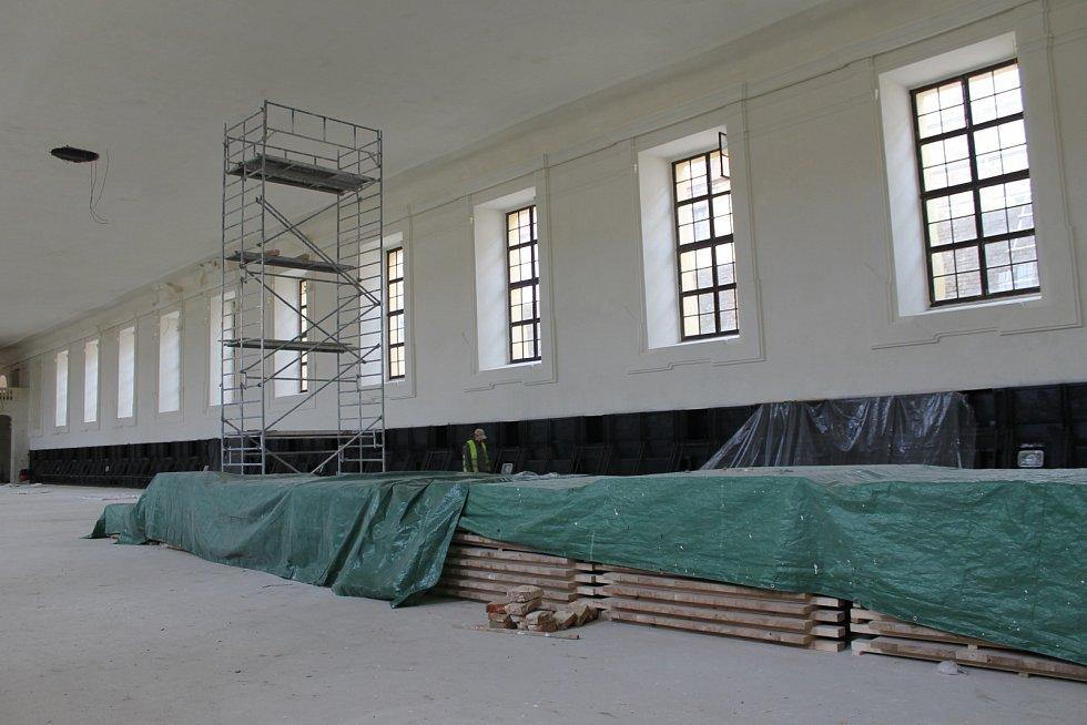 Nového kabátu se již dočkal takzvaný domek zahradníka v areálu valtického zámku. V interiéru budovy dělníci stále pracují. Po skončení oprav tam vznikne badatelna. Před dokončením obnovy je i sousední zimní jízdárna.