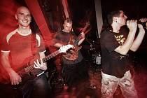 Břeclavská kapela Hybrid Club holduje tvrdému punku.