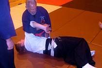 Umění Ju Jutsu předváděl posluchačům i osmasedmdesátiletý instruktor Franz Strauss.