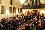 Žáci a učitelé za základní školy v Dolních Věstonicích a návštěvníci zpívali koledy v kostele svaté Barbory v Pavlově.