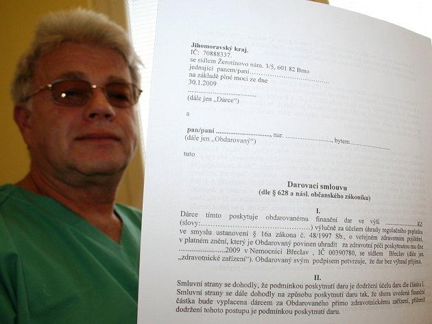 Primář plicního oddělení ukazuje darovací smlouvu.