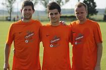 Útočník Jan Střítecký (uprostřed) mezi svými dvěma spoluhráči z béčka Charvátské Nové Vsi.