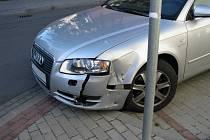 V místě nehody na křižovatce ulic Sladová, Fintajslova a Čermákova řídí policisté dopravu a hasiči zasypávají uniklé pohonné kapaliny sorbentem.